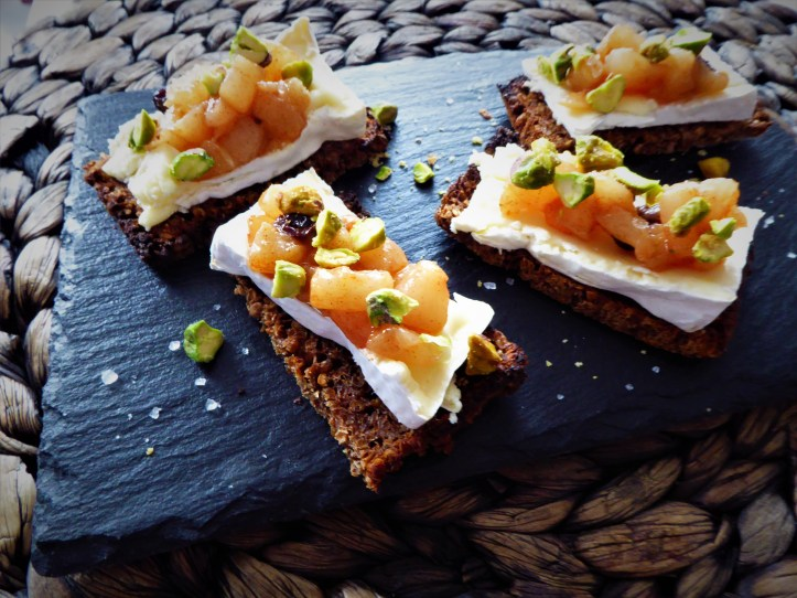 toast apéritif camembert, poires et fruits secs