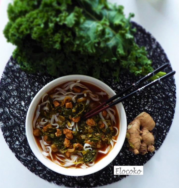 Soupe asiatiques aux nouilles de riz, porc et chou kale