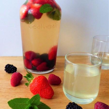 thé vert glacé aux fruits rouges et à la menthe