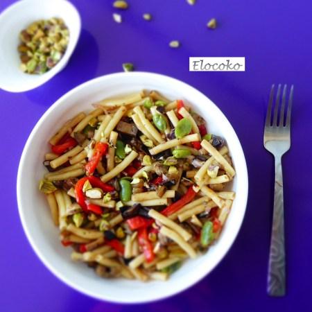 Salade de pâtes, aubergines, poivrons et fèves