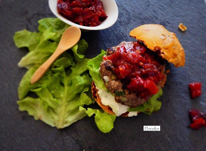 Mon hamburger gourmand : steak maison, pain au paprika fumé et condiment tomate-oignon rouge