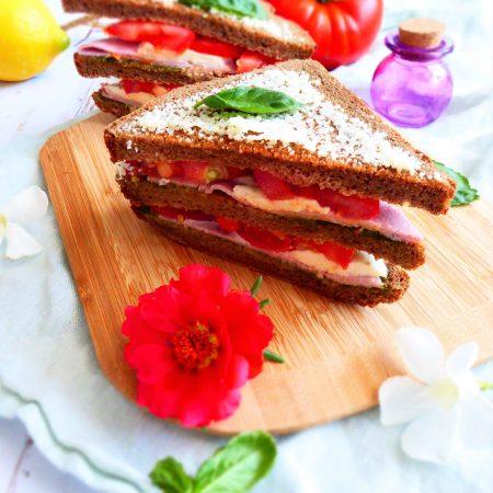 croque monsieur de l'été : tomate, pesto, mozzarella, jambon