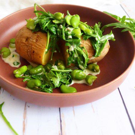 pommes de terre, fèves, roquette et sauce au gorgonzola