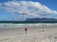 Du vent, une eau encore bien fraiche mais déjà plein de surfers à l'eau!