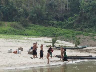 Les enfants qui s'amusent dans l'eau