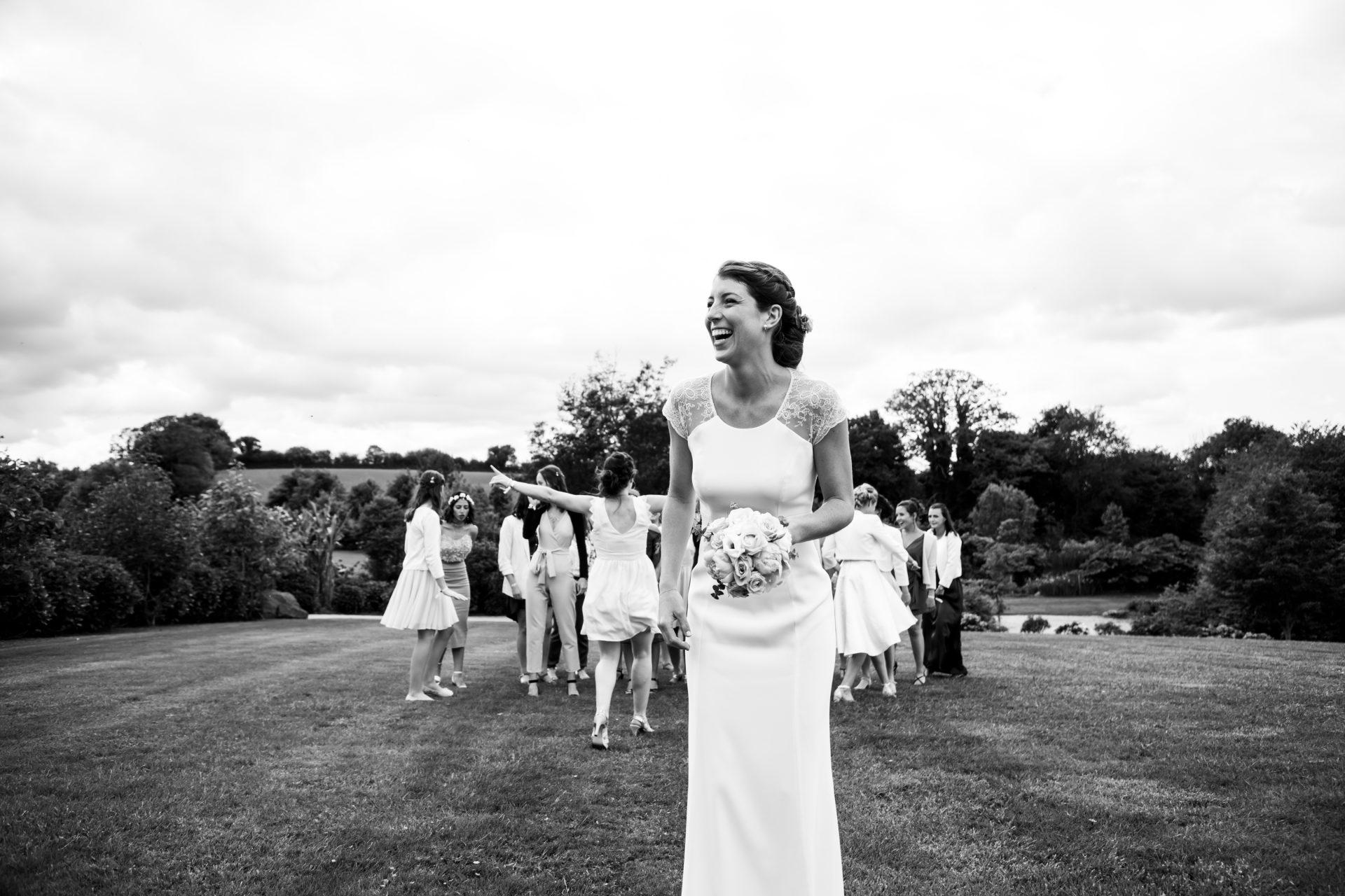 mariée qui lance son bouquet, photographe de mariage.