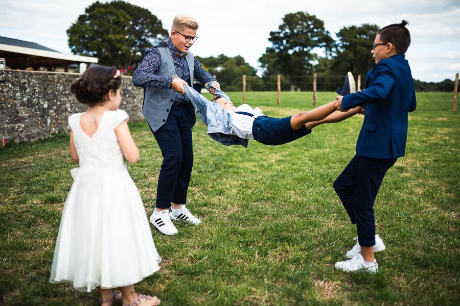 Enfants qui jouent sur un mariage.