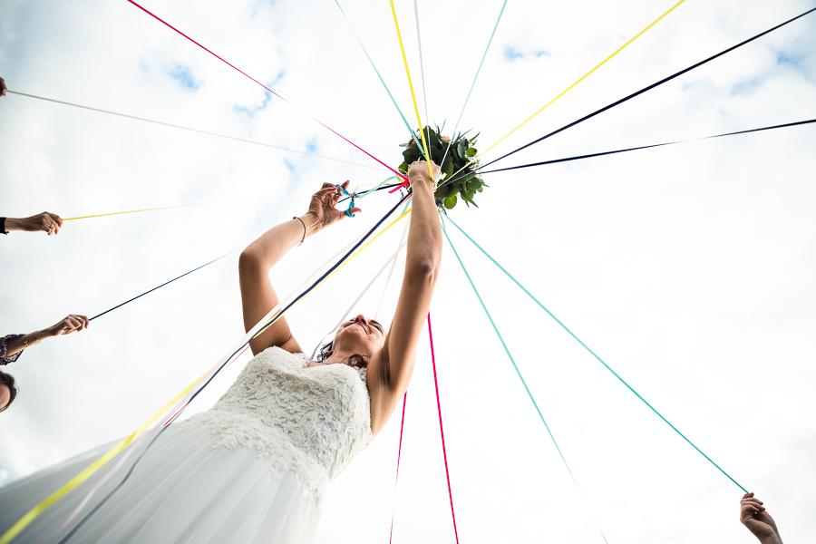 Photographie d'une mariée lors du lancé de bouquet.
