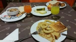 Le petit déjeuner : il y en a pour tous les goûts : sucré, salé, pour les gourmands, pour ceux qui mangent bio, etc. Je vous conseille vivement de le prendre car il cale bien (pas besoin de manger à midi) et est très complet. Petit bémol pour les jus de fruits qui ont un goût chimique.