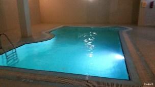 La piscine intérieure et son jacuzzi : situés au niveau -1 de l'hôtel (tout comme le self), la piscine est bien plus petite que celle se trouvant à l'extérieure. A côté, 8 transats et 3 cabines de douche sont à disposition. Au fond à droite de la piscine on y voit le fameux jacuzzi (qui peut contenir 3 personnes ou 4 maigrichonnes).