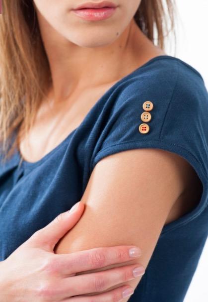 Leax mode éthique écologique made in france détail boutons en bois tricoloreLeax mode éthique écologique made in france détail boutons en bois tricolore