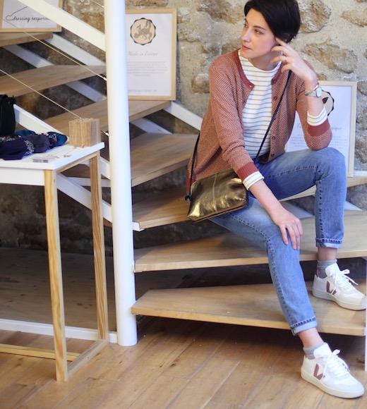 Cardigan : marque La Révolution Textile 100% lin. Jean : Atelier Tuffery fabriqué en France. Montre : Zoelyne fabriquée en France. Bracelet : People Tree fabriqué au Kenya par une coopérative de femmes en commerce équitable. Pochette vegan de la marque Camille en pinatex et fabrique en France. Mode éthique, mode écologique, mode vegan, vêtements écologiques, vêtements biologiques, look mode éthique, vêtements éthiques, mode durable #mode #femme #modefemme #onestpret #ilestencoretemps #modeéthique #modeécologique