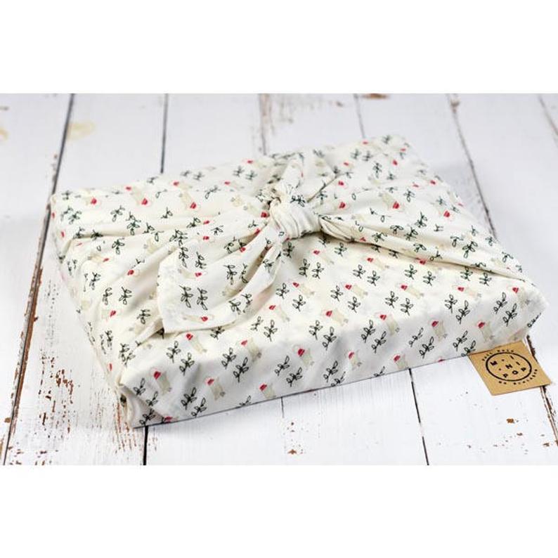 Le furoshiki, l'emballage zéro-déchet par excellence ! Une parfaite idée pour emballer vos cadeaux de manière écologique, en mode éthique et responsable :) #cadeau #noel #fetedespères #fetedesmères #idéecadeau #écologique #écologie #durable #cadeauécolo #artisanat #artisanal #cadeauartisanal #furoshiki #zérodéchet