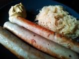 bratwurst, chuckut y mostaza