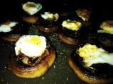 champiñón al horno con cecina y huevo de codorniz frito