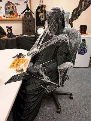 Inspiring Decoration Ideas of Halloween Cubical Office (65)