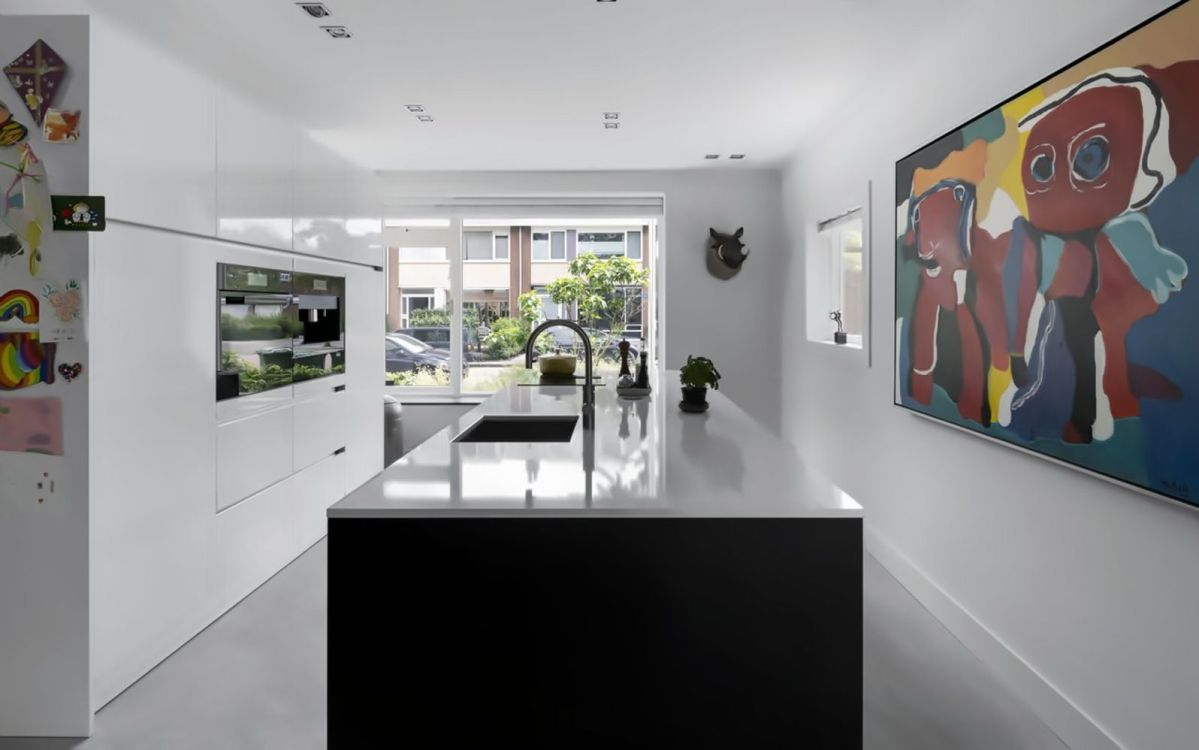 Black white interior style with simple yet modern furniture and accessories Living Hillegersberg (2)