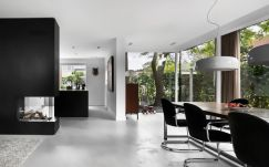 Black white interior style with simple yet modern furniture and accessories Living Hillegersberg (4)