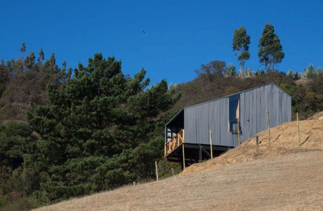 Casa en Alto Grande built in efficient structures stands on a high ground looking at beautiful rural landscape (4)