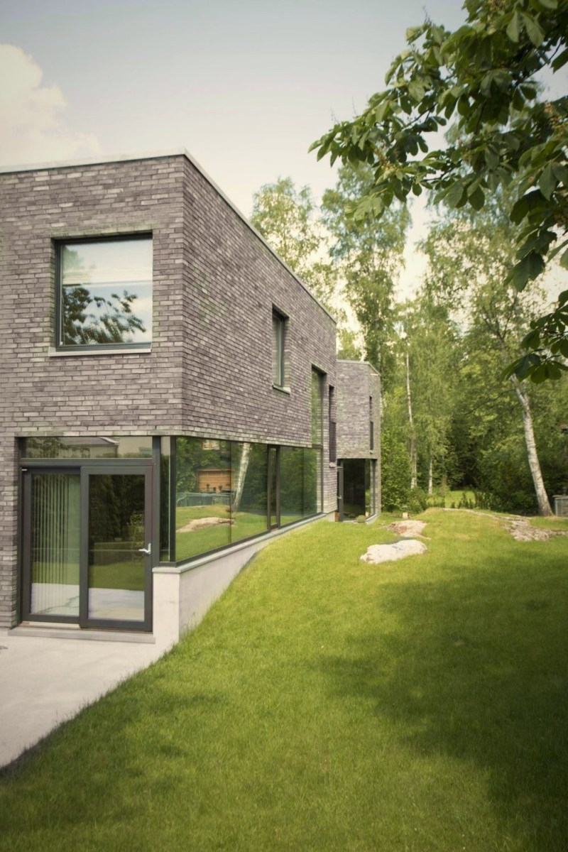 Modern contemporary house styles that combines European castle concept with cozy modern interior (1)