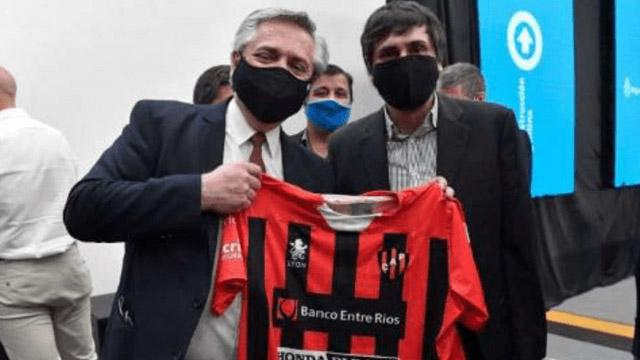 Alberto Fernández posó con la camiseta de Patronato - Superdeportivo.com.ar