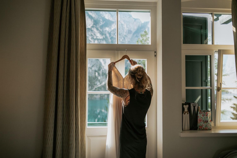 Blitzkneisser4-Foto-Pragser-Wildsee-Hochzeit-italy-elopement-wedding-photographer-packages-destination-boho-bride-lake-lago-di-braies-intimate-mountain-adventure