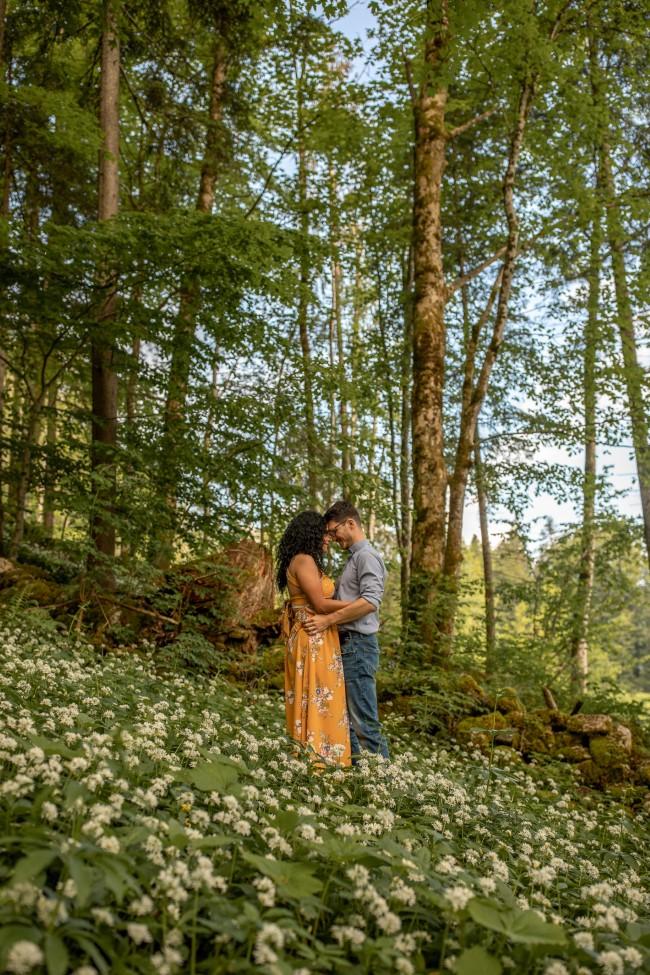 wild-embrace22-elopement-packages-destination-wedding-photographer-austria-elope-europe-wildflowers-spring-engagment-vorarlberg (Portrait)
