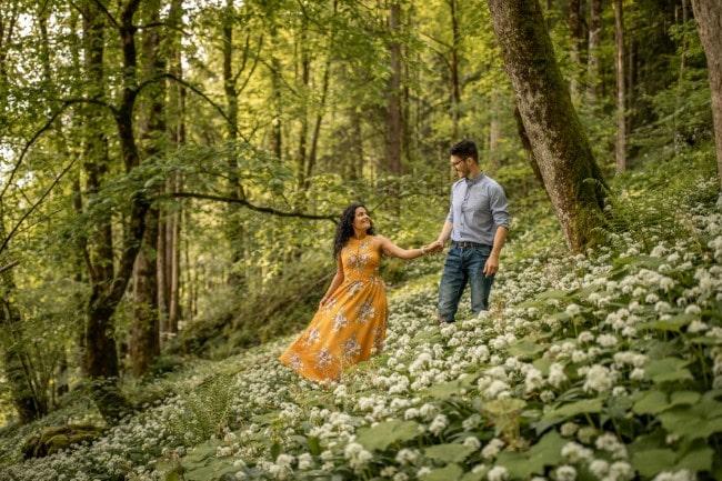 wild-embrace35-elopement-packages-destination-wedding-photographer-austria-elope-europe-wildflowers-spring-engagment-vorarlberg (Blog)_1
