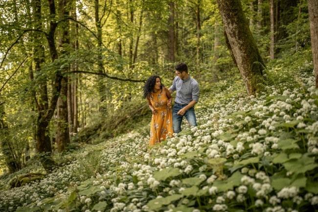wild-embrace37-elopement-packages-destination-wedding-photographer-austria-elope-europe-wildflowers-spring-engagment-vorarlberg (Blog)_1