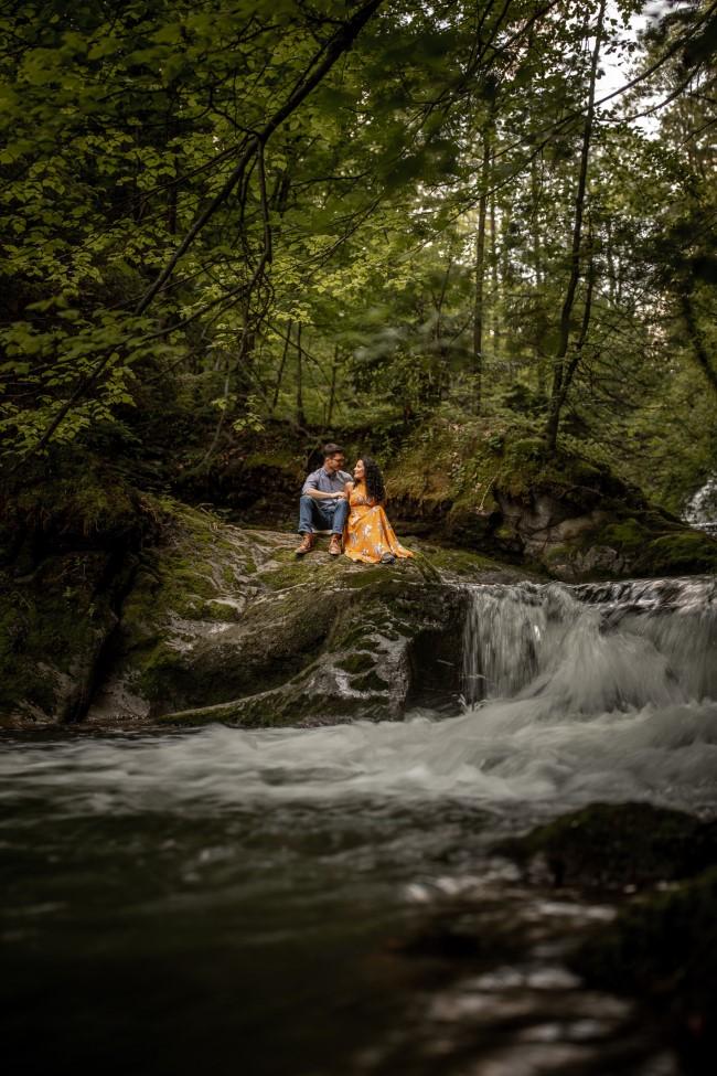 wild-embrace42-elopement-packages-destination-wedding-photographer-austria-elope-europe-wildflowers-spring-engagment-vorarlberg (Portrait)