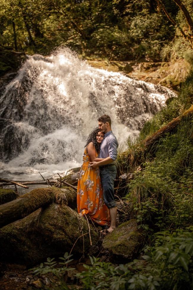 wild-embrace55-elopement-packages-destination-wedding-photographer-austria-elope-europe-wildflowers-spring-engagment-vorarlberg (Portrait)