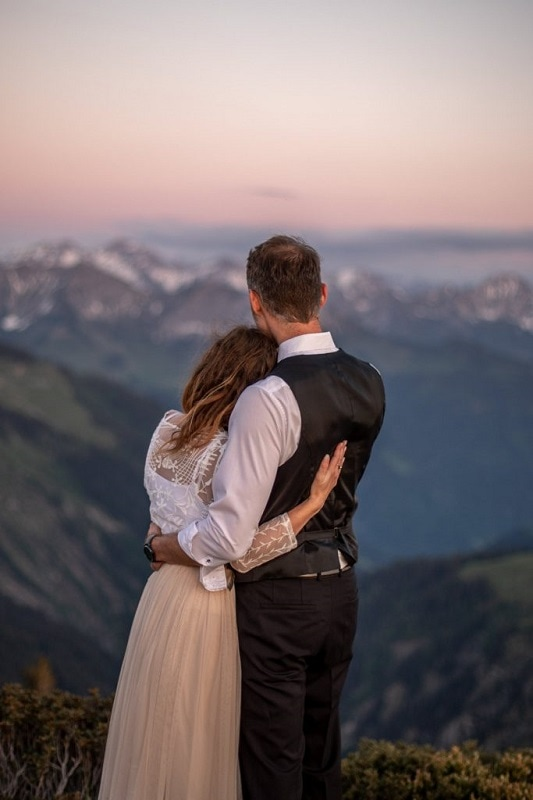 060-mountain-elopement-wedding-austria-wild-embrace-sunset-photography-elope-intimate-outdoor-mountain-ceremony-adventure