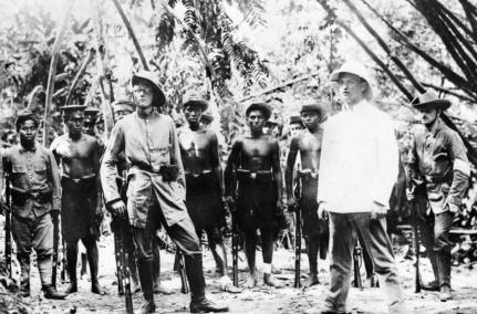 Tropas alemanas entrenando nativos en Nueva Guinea
