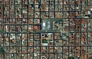 Vista de la Zona Centro, con El Zócalo destacando en el centro y una trama urbana geométrica y rectilínea, con destacados edificios de la época colonial.