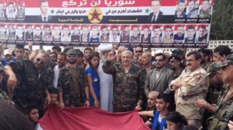 Ali Kayali (en el centro) rodeado de sus seguidores. Fuente: Joshualandis.com
