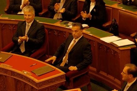 Viktor Orbán en el parlamento húngaro en 2010 (Fuente: wikimedia commons)