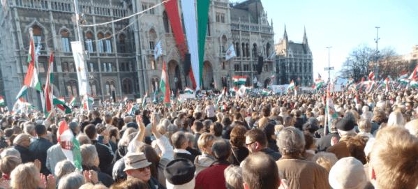 Mitin orbanista frente al Parlamento húngaro en 2012 (Fuente: wikimedia commons)