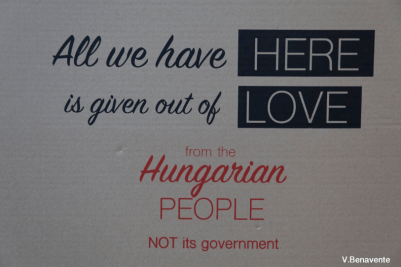 La otra cara de la respuesta húngara a la crisis de los refugiados: cartel de los voluntarios húngaros en ayuda de los emigrados sirios y en contra del gobierno de Orbán. Foto de Vera Benavente Tomás.