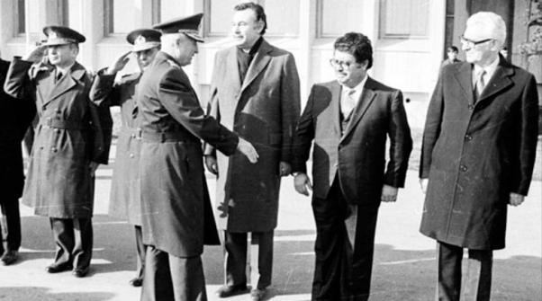 En la imagen el líder del golpe de 1980 el General Kenan Evren saludando al futuro Primer Ministro Turgut Özal.