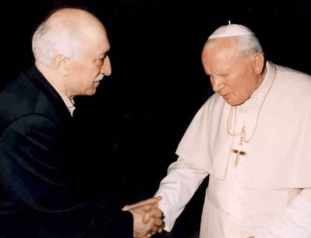 Fethullah Gülen con Juan Pablo II. Fuente: http://aangirfan.blogspot.com.tr/2011/11/turkeys-erdogan-is-jewish.html