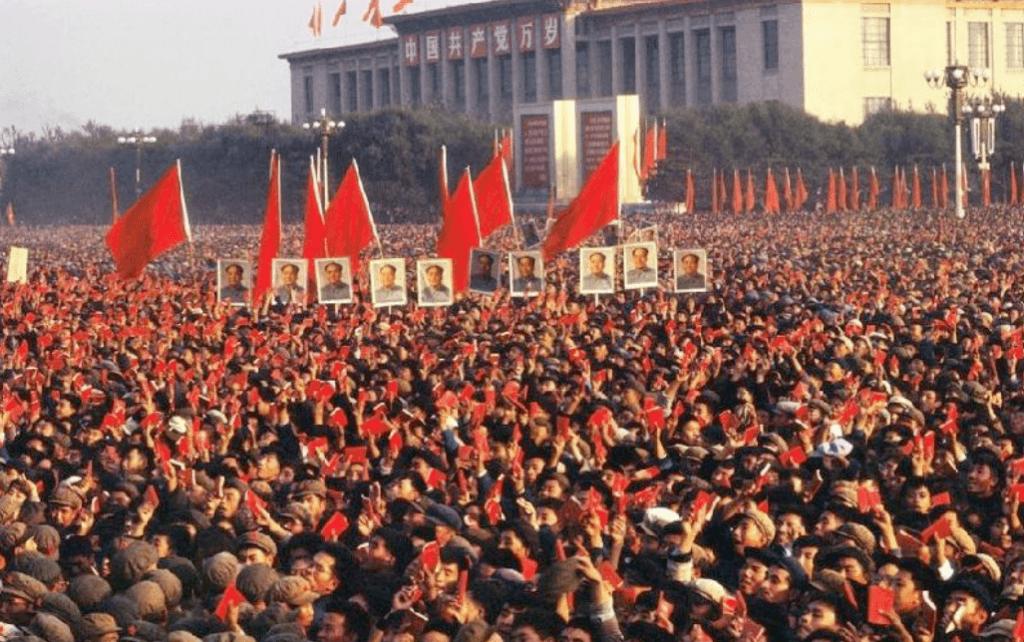 Miles de manifestantes abarrotan la plaza de Tiananmen portando el libro rojo de Mao durante la Revolución Cultural.