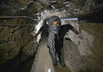 Los túneles entre el Sinaí egipcio y la bloqueada franja de Gaza son la vía para el contrabando de todo tipo de mercaderías. Su uso es vital para la supervivencia económica de la franja y suponían ingresos ingentes para los beduinos del Sinaí / Reuters