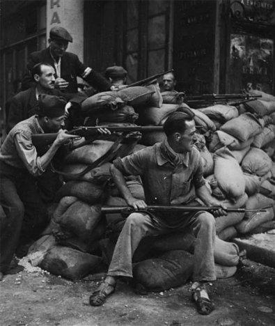 Miembros de la resistencia francesa durante la liberación de París en 1944. Fotografía de Robert Doisneau