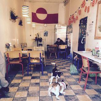 bar de clientela casi exclusivamente groenlandesa en Christiania (http://www.vice.com/es/read/ahora-christiania-es-ilegal ), el barrio autogestionado de Copenhague. Es frecuente ver groenlandeses ebrios desde mediodía. Los turistas les confunden con asiáticos por sus rasgos y color de piel. www.kbhby.dk