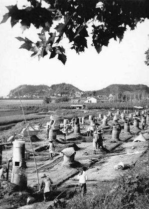 Hornos instalados en las comunas para la producción de acero. Uno de los proyectos al que más campesinos fueron destinados. Fuente: Wikipedia