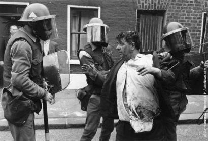 Soldados británicos armados retienen a un civil en las calles de Belfast, 3 de julio de 1970. Imagen: Malcolm Stroud/Getty Images