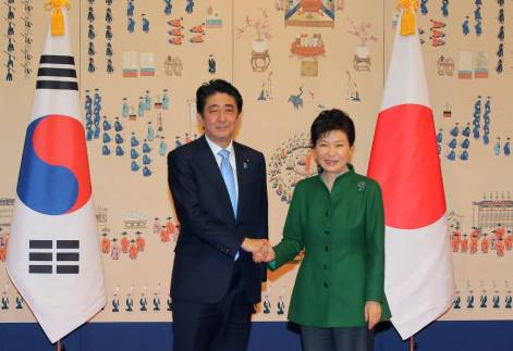 Shinzo Abe y Park Geun-Hye se saludan tras el acuerdo de diciembre de 2015 sobre las mujeres de consuelo. Fuente: The Japan Times