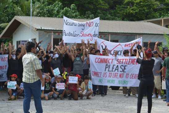 """""""Conectadnos a la vida, no a la muerte. No más Nauru"""". Protestas en el campo de detención de la isla de Nauru. Fuente: ABC Australia"""