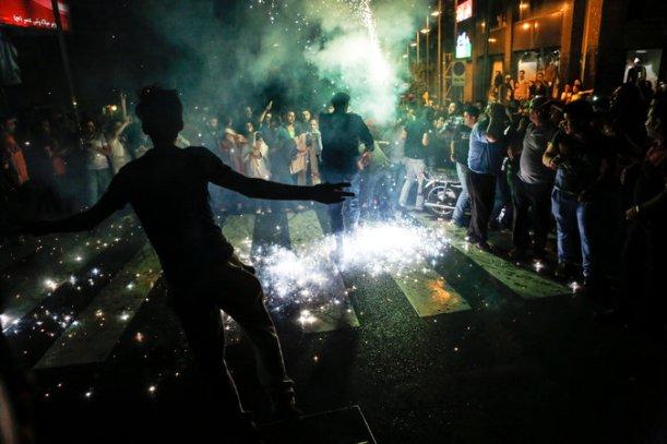 Iraníes celebran la firma del acuerdo nuclear en Teherán. Fuente: Newsha Tavakolian (NYT)