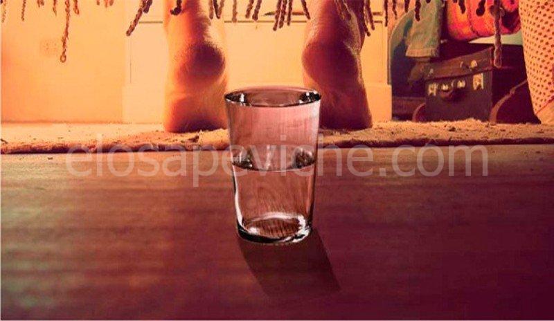 Ecco perché devi mettere un bicchiere d'acqua sotto il letto tutte le sere!